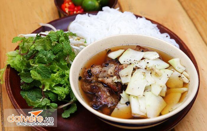 Bún chả chấm là món ăn ngon khi du lịch Hà Nội