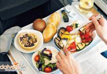 Các loại đồ ăn nên và không nên ăn khi lên máy bay?