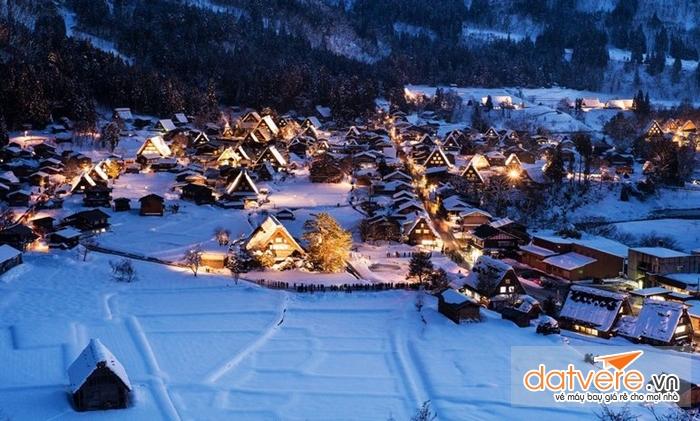Ngôi làng trở nên đẹp lung linh về đêm