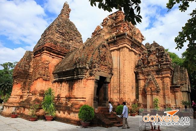 Du lịch Nha Trang để tham quan Tháp Bà Ponagar cổ kính