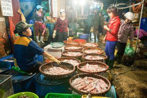 Chợ đêm Long Biên - Hà Nội rất nhộn nhịp