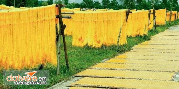màu vàng rực của miến có mặt khắp nơi trong làng