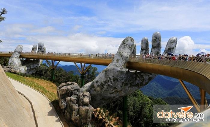 Cây cầu uốn cong nằm giữa núi Bà Nà