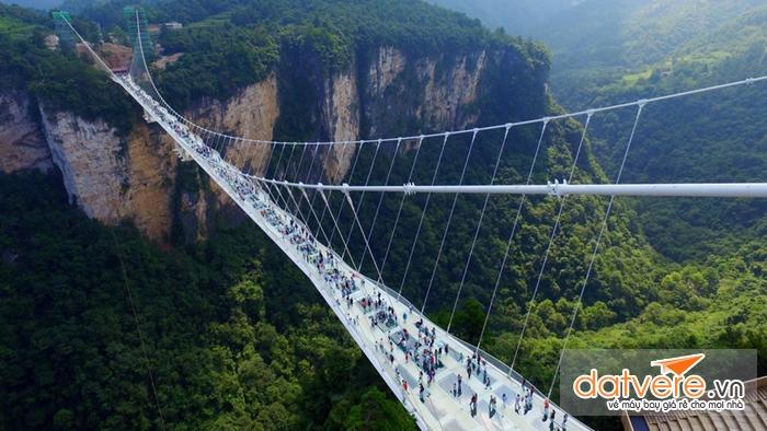 Khai trương cây cầu kính dài nhất thế giới ở Trung Quốc