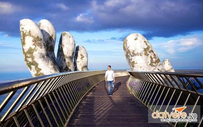 Tạo dáng chụp ảnh trên cây cầu Vàng