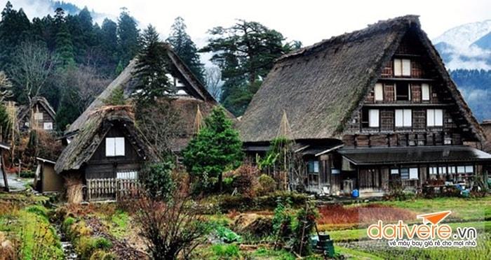 Ngôi làng bình yên giữa núi rừng và cánh đồng