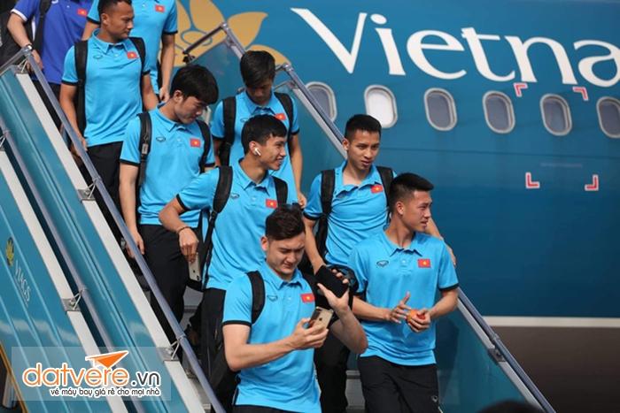 Đội tuyển Việt Nam từ máy bay Vietnam Airlines trở về