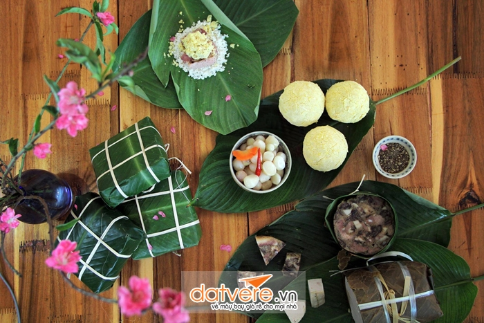 Gói bánh chưng ngày tết cổ truyền Việt Nam