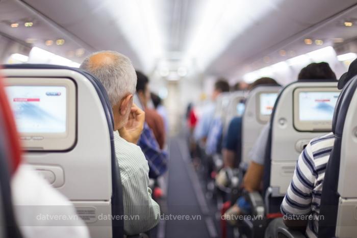 Hãy đi lại và vận động cơ thể trong chuyến bay
