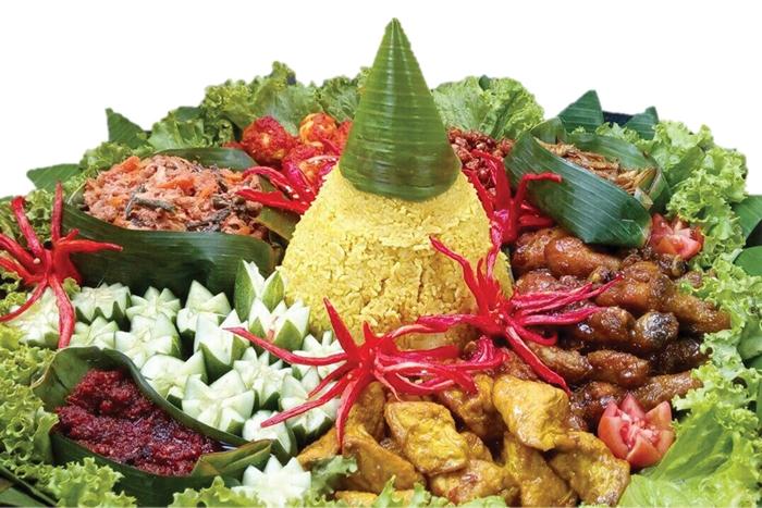 Nasi Kuning món ăn thường có mặt trong các dịp lễ hội, cúng tế