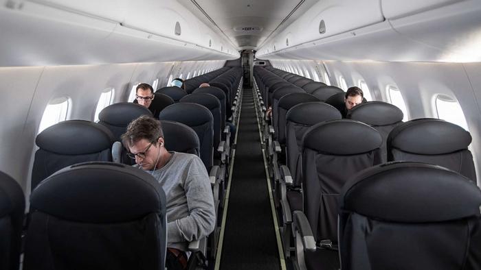 Giữ khoảng cách với người xung quanh khi đi máy bay